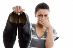 девушка держит ботинки