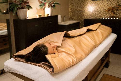 девушка лежит под терма одеялом