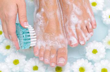 мытье ног с мылом