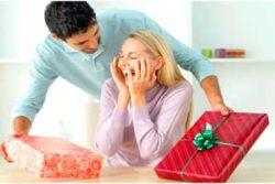 муж дарит подарок жене