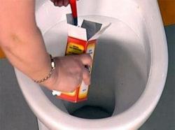 нанесение пищевой соды на стенки унитаза