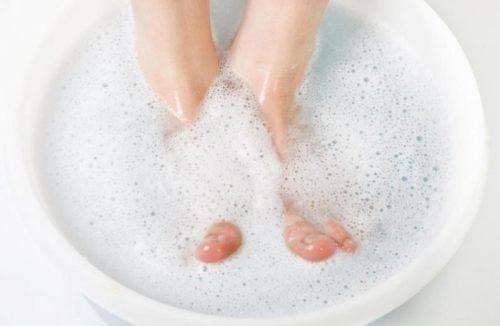 ноги в тазу с мылом