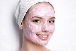 у девушки нанесена маска на лицо