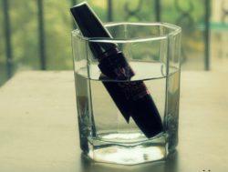 тушь в стакане с водой