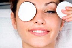 ватный диск на глазах