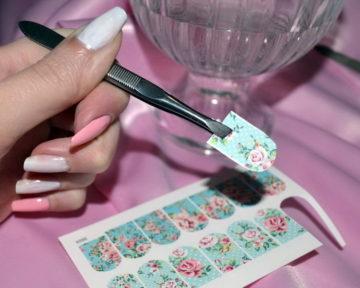 вырезание наклейки для ногтей