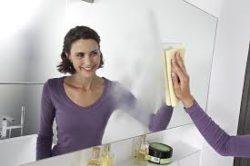 девушка протирает зеркало